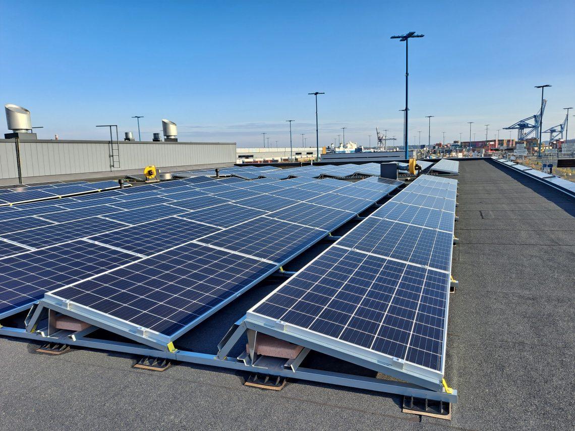 Aurinkopaneeleja asennettuna Vuosaaren sataman V6 ja V7-rakennusten katolle.