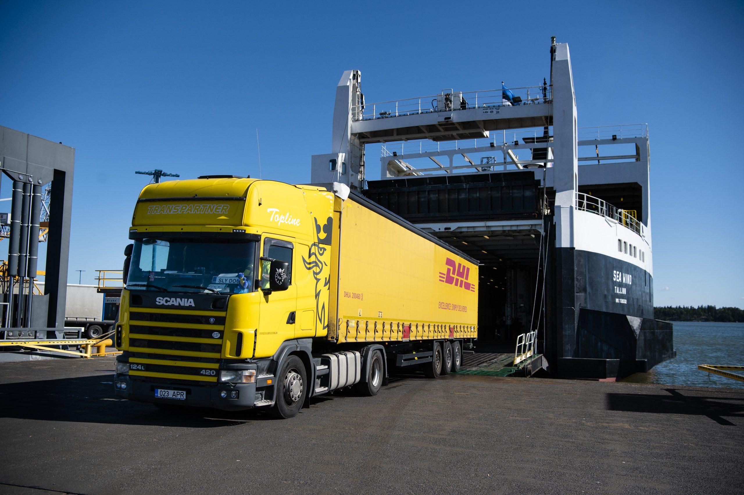 DHL:n rekka ajaa ulos Sea Wind -aluksesta Vuosaaren satamassa.